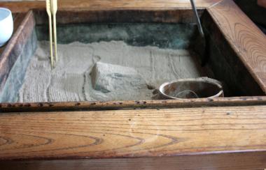 橋本修治商店囲炉裏があります。